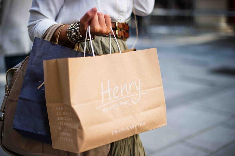 年末年始に巣ごもりで楽しむおうち時間におすすめのオンラインショッピングをイメージしたショッピングバッグを抱える様子