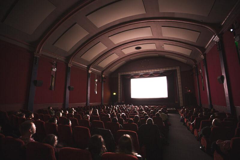 年末年始に巣ごもりで楽しむおうち時間におすすめの映画・ドラマ鑑賞をイメージした映画館