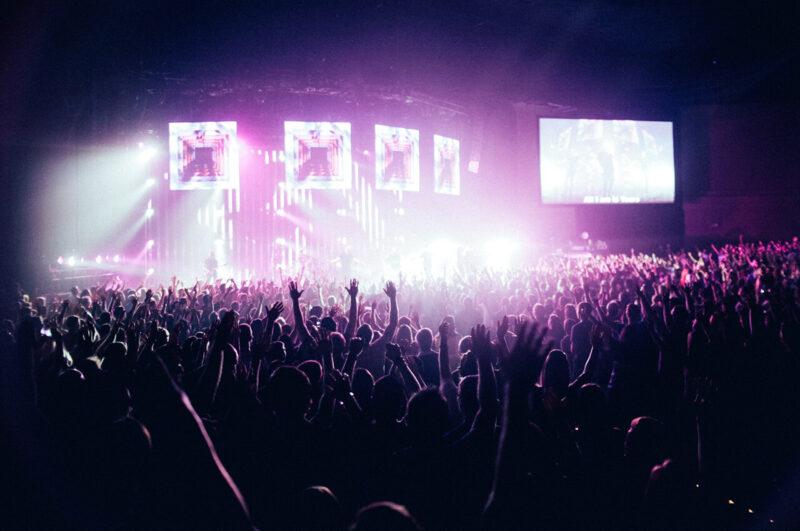 年末年始に巣ごもりで楽しむおうち時間におすすめのオンラインライブ配信視聴をイメージしたコンサートホール