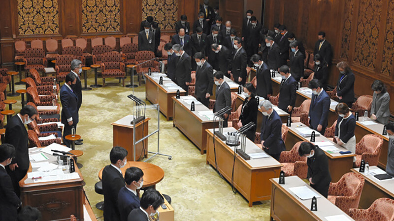 2021年3月11日午前10時4分。参院予算委の冒頭、東日本大震災の犠牲者に祈りをささげた議員ら