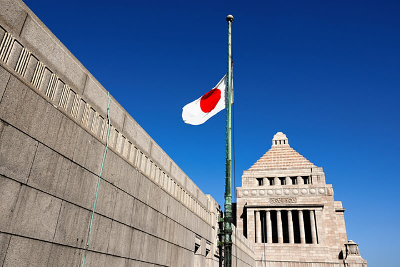 2021年3月11日午前9時39分。東日本大震災発生から10年が経過し、半旗が掲げられた国会議事堂