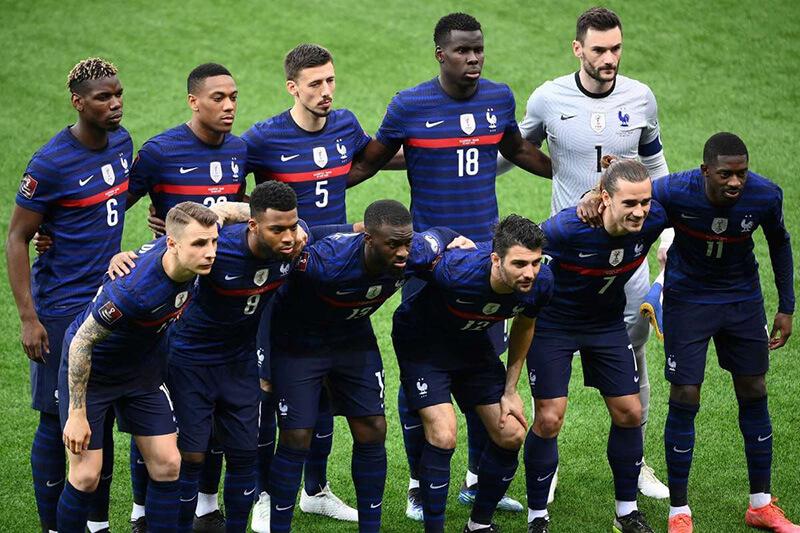 ユーロ2020試合開始直前の集合写真を撮影するフランス代表チーム