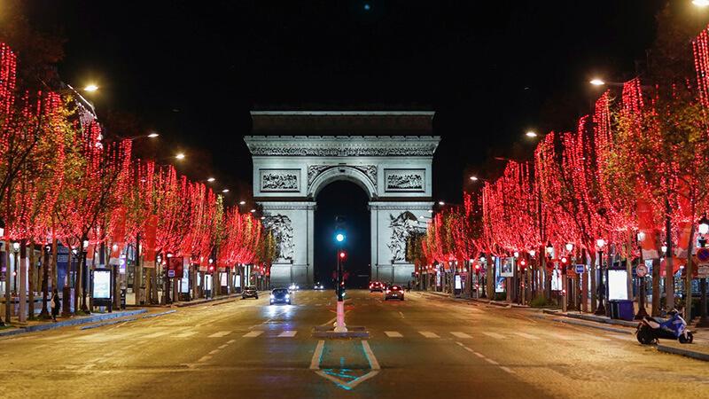 フランス・パリ凱旋門とシャンゼリゼ大通りの夜の風景