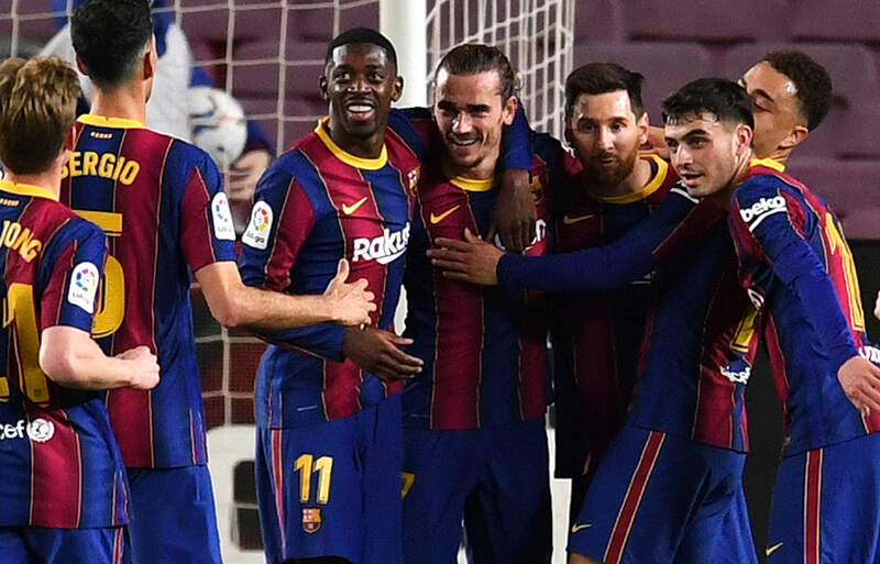 スペイン・リーガエスパニョーラ所属バルセロナでの公式戦でゴールを決めてハグしあうウスマン・デンベレ、アントワーヌ・グリーズマン、リオネル・メッシらチームメイト